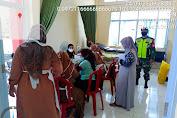 Serda Guntur Sempurna  Babinsa Koramil 05/Gaung Anak Serka Melaksanakan Pendampingan Vaksinasi Covid -19 di Desa Simpang Gaung