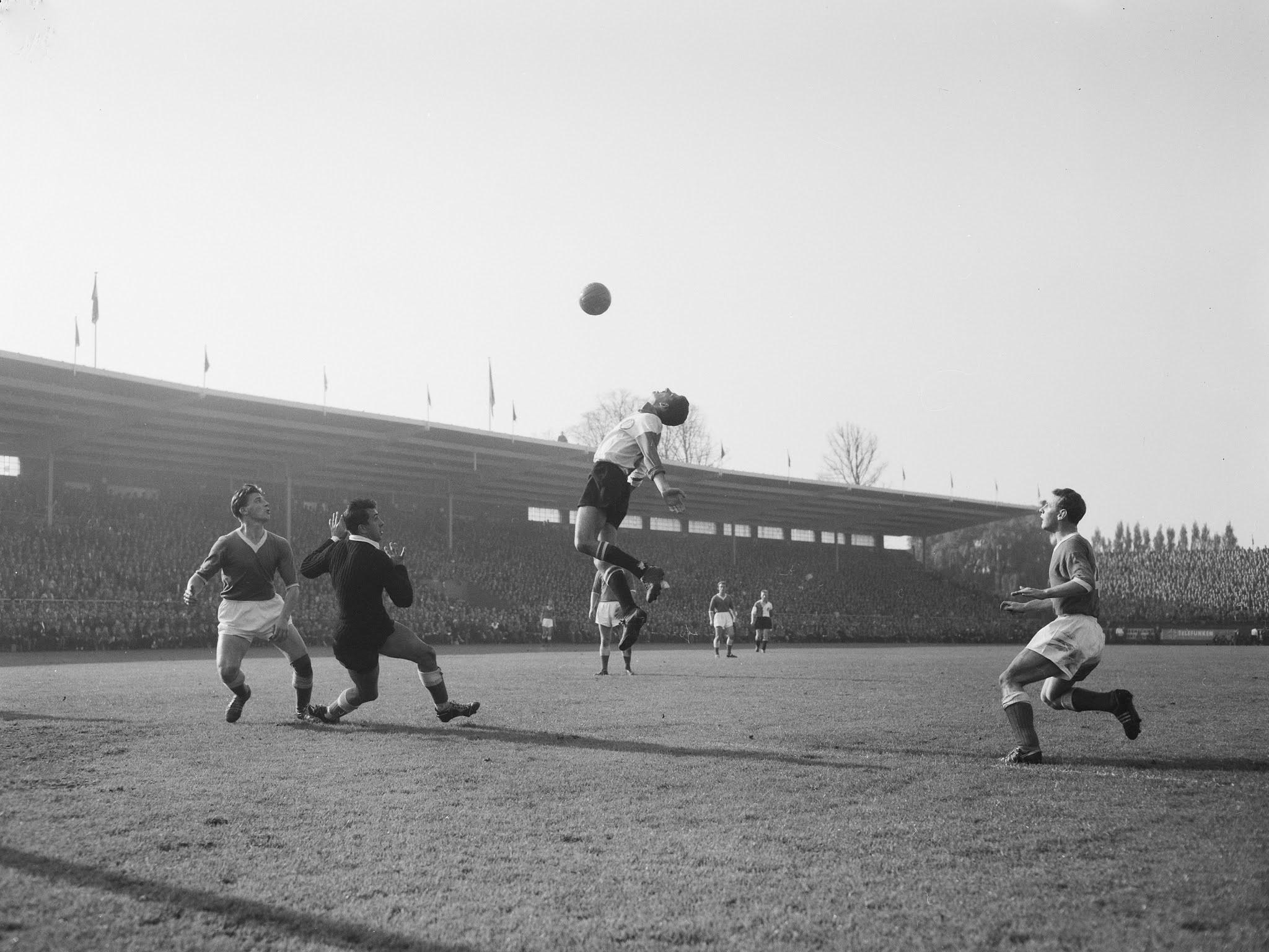 Cor van der Gijp in actie tegen Ajax