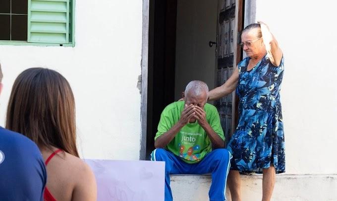 Idoso se emociona ao receber oração de jovens em sua casa, após pedir a Deus uma visita