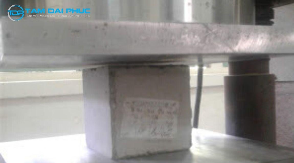 Nén mẫu để kiểm tra chất lượng bê tông tươi