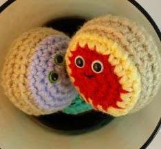 http://translate.google.es/translate?hl=es&sl=en&tl=es&u=http%3A%2F%2Fwww.crochetquickies.com%2Ffree-crochet-pattern-2%2Fjelly-donut%2F