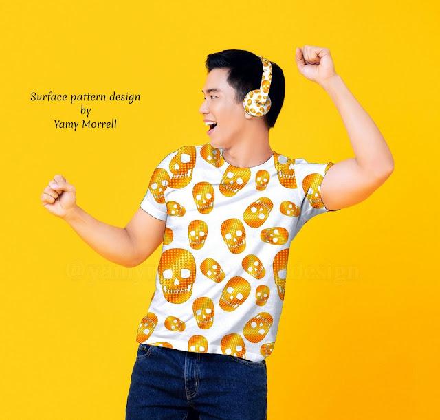 Camiseta con patrón de craneos dorados en fondo negro