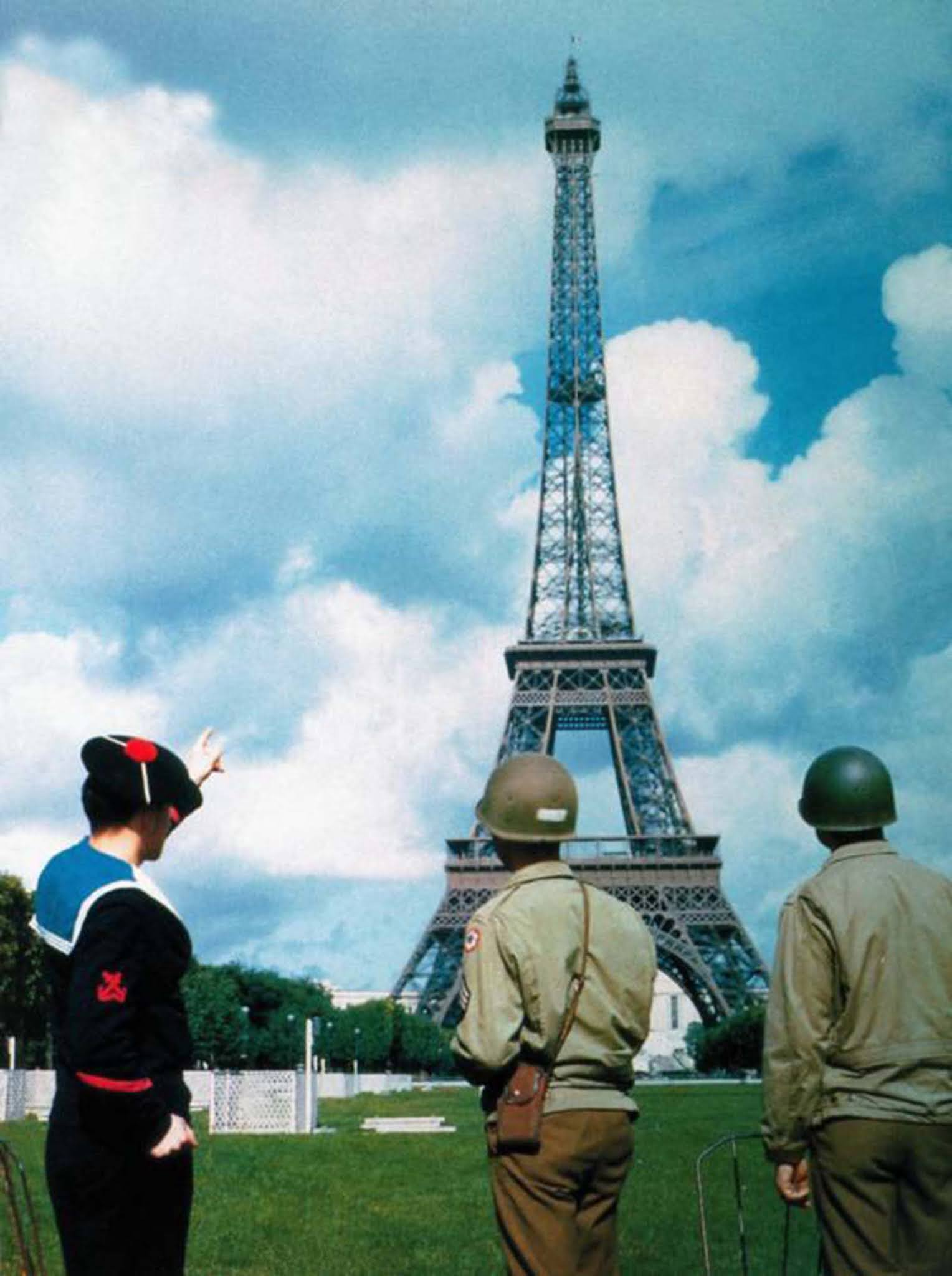 Egy francia tengerész és két amerikai hadsereg katonája az Eiffel-toronyra néz, Párizs felszabadítása után.  1944.