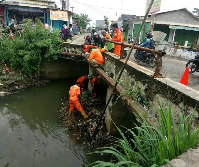 Dikeluhkan Warga Kali Busa Penuh Sampah BPD Satria Jaya Gelar Aksi Bersih-Bersih