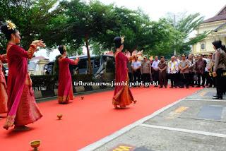 Tiba di Mapolda Komisi III DPR RI disambut dengan tarian sekapur sirih
