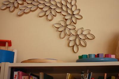 flores en pared con tubos de cartón reciclado