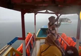 Diduga Kena Hempasan Angin Kencang, Perahu Wisata  di Bekasi Terbalik