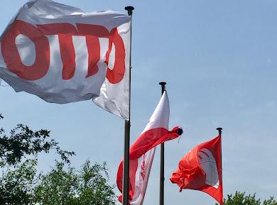 Otto Group Flaggen vor der Firmenzentrale in Bramfeld