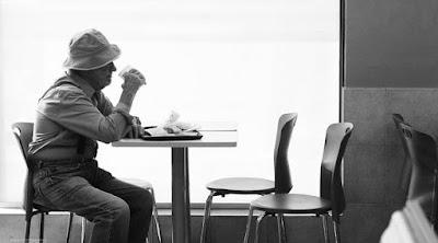 علامة على أنك سوف تموت وحيدًا  رجل كبير فى السن مسن يجلس على طاولة ترابيزه old man lonely sit on table