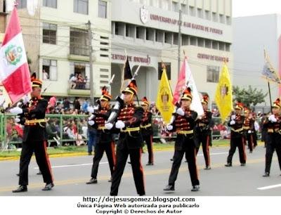 Foto a la escolta de la IEP Liceo Santo Domingo en desfile de Parada Militar 2012. Foto tomada por Jesus Gómez