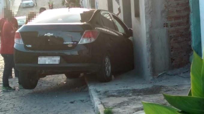 Carro desce ladeira e atinge porta de prédio no Alto da Missão em Jacobina