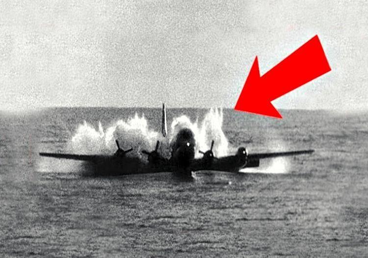 Düşmek üzereyken suya inen bu uçak facianın eşiğinden kıl payı kurtuldu.