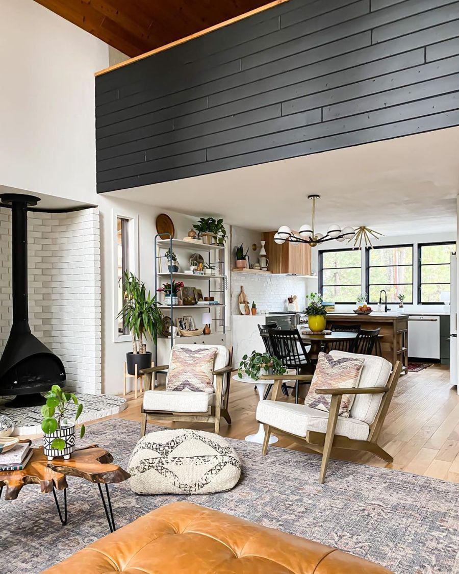 Dom wypełniony światłem, wystrój wnętrz, wnętrza, urządzanie domu, dekoracje wnętrz, aranżacja wnętrz, inspiracje wnętrz,interior design , dom i wnętrze, aranżacja mieszkania, modne wnętrza, home decor, styl klasyczny classy style, styl Hamptons, open space, otwarta przestrzeń, otwarty plan, salon, pokój dzienny, living room, duże okna, big windows, narożnik, kanapa, sofa, dywan, drewniany stolik kawowy, kominek, piecyk, koza,