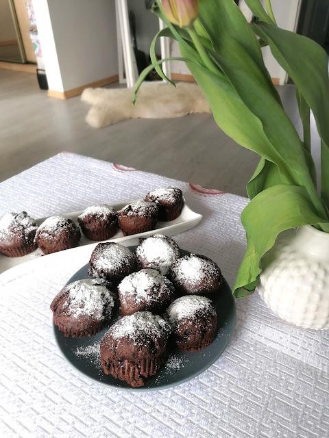 Czekoladowe babeczki z kawałkami czekolady gorzkiej