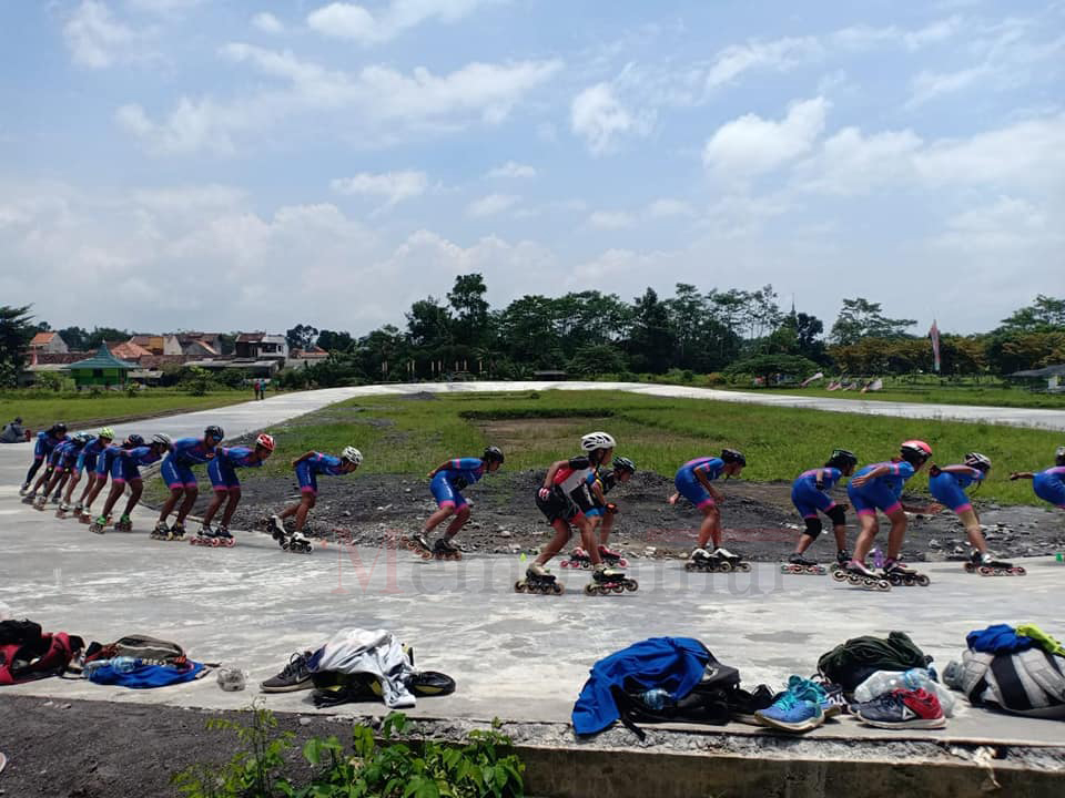 Atlet Sepatu Roda Luar Daerah Jajal Sirkuit Gunung Tambuh