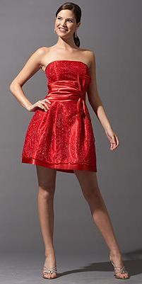 Foto de mujer con vestido corto y rojo de noche con detalle en la cintura