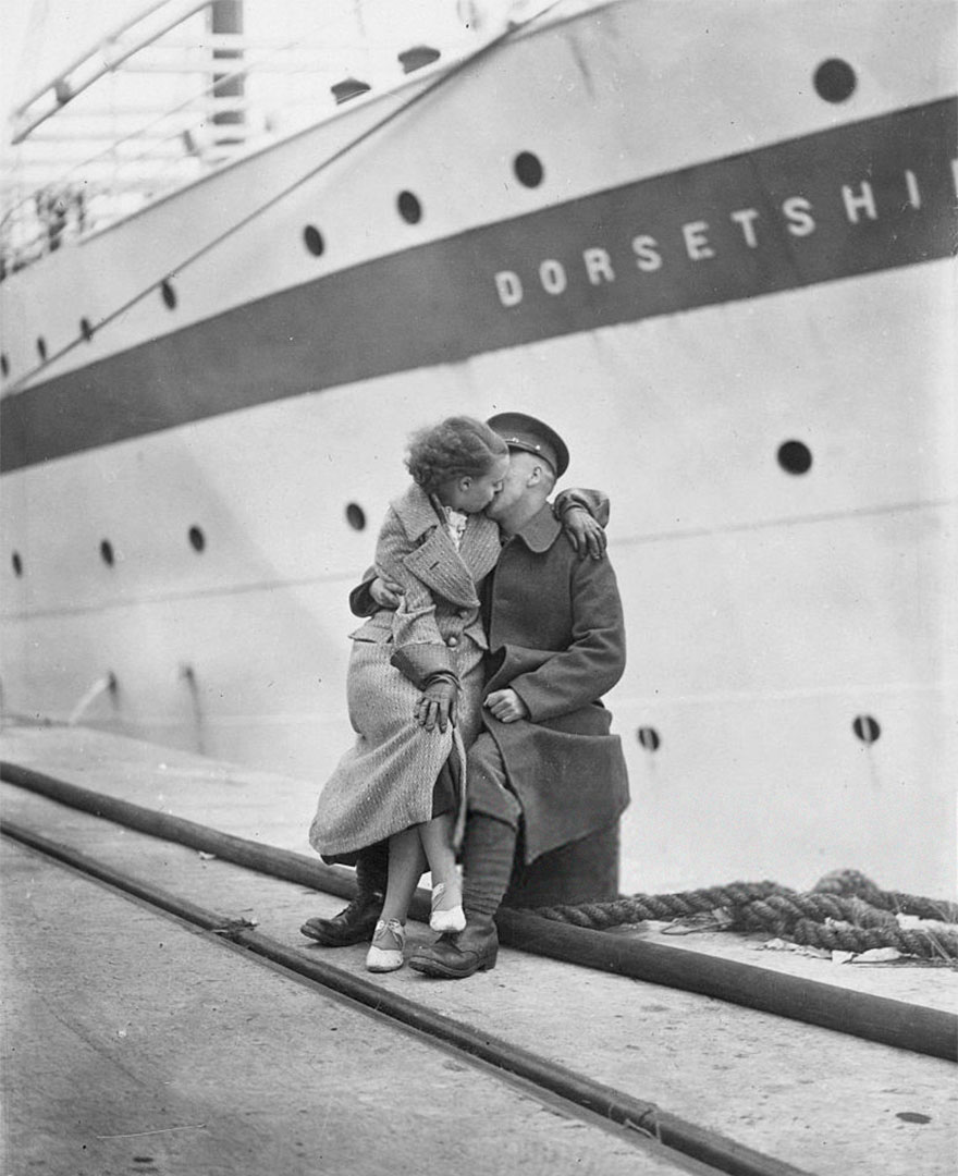 60 + 1 Heart-Warming Historical Pictures That Illustrate Love During War - A Member Of The 1st Battalion Of The Manchester Regiment During A Quayside Reunion At Southampt Before The Unit Moves Onto Egypt