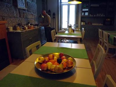 frutas em cesta na mesa