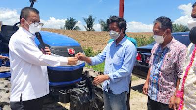 Bupati Toba Serahkan Bantuan Alat Mesin Pertanian kepada Kelompok Tani