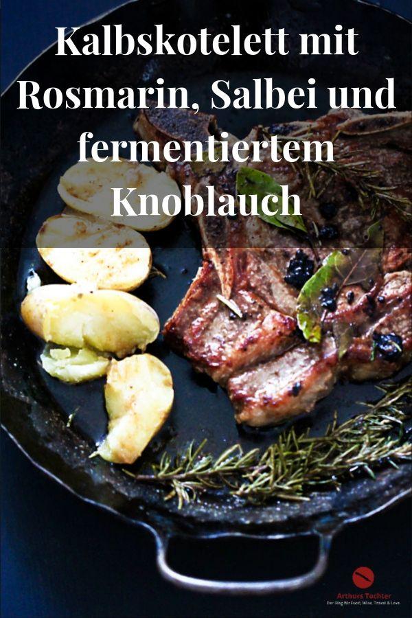Kalbskotelett sanft in Butter und Rinderfett gebraten und im Ofen nachgezogen mit Rosmarin, Lorbeer und fermentiertem Knoblauch. Dieser ist schwarz und zäh wie Lakritze #kotelett #braten #ofen #rezept #einfach #kalbfleisch #steak #pfanne #weihnachten #kartoffeln #rosmarin #salbei #butter #arthurstochter #foodblog #foodstyling #foodphotography #anrichten #bester