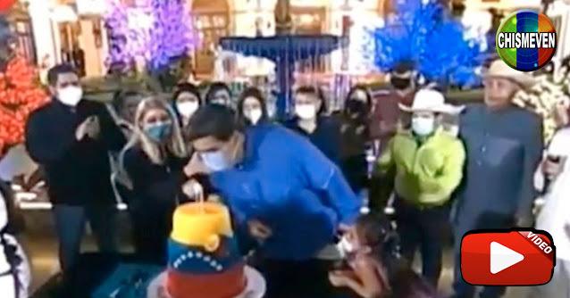 Maduro demuestra su cultura al soplar la vela de cumpleaños con el tapaboca puesto