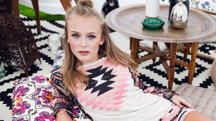 A gente mal pode acreditar que a Zara Larsson inventou a música pop.