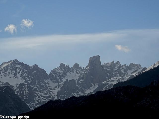 Desde el propio aparcamiento podremos disfrutar ya de esta clásica vista al Picu Urriellu