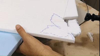 تقطيع كلمة على لوح الفلين المحبب بإستخدام القاطع الحراري