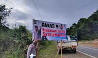 """Kapolsek Tayan Hilir dan Polres Sanggau Pasangkan Banner """"Jalan Rusak"""" di Tikungan Tajam"""