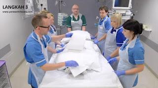 Langkah 3 reposisi pronasi pada pasien gangguan pernafasan ARDS