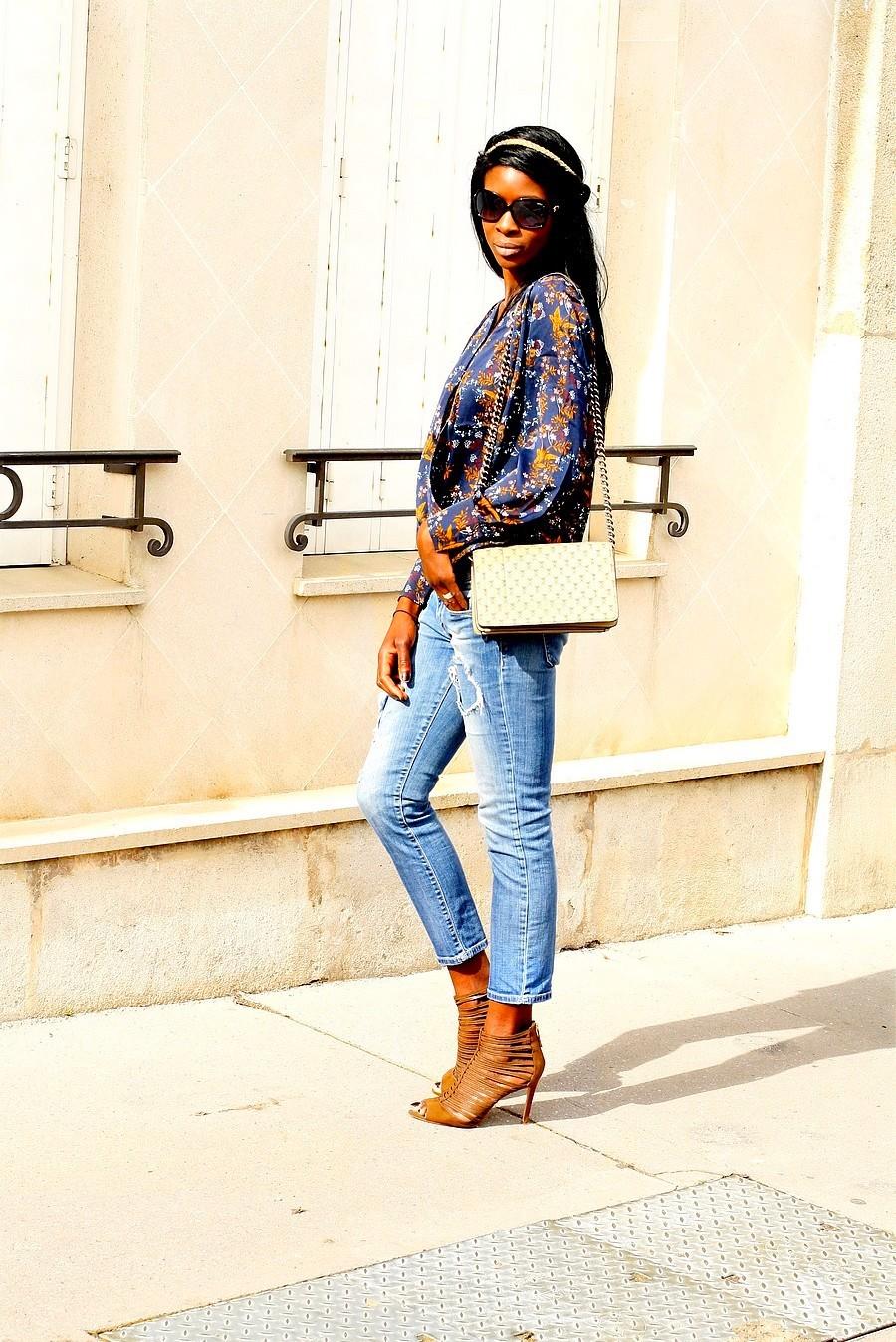 tenue-boheme-chic-headband-top-satin-imprime-fleurs-jeans-dechire-sac-bandouliere-chaine