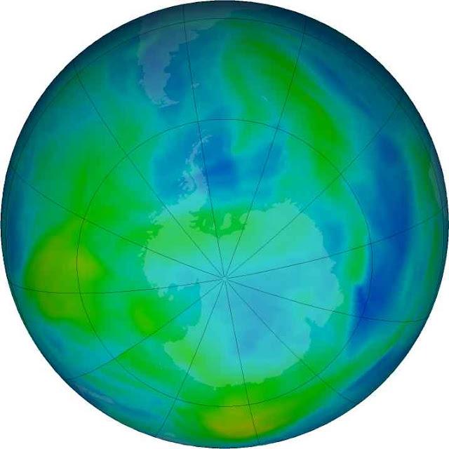 Nas área coloridas em azul a camada de ozônio está mais enfraquecida, foto da NASA em 7 de maio de 2021. O enfraquecimento é cíclico e devido à atividade solar