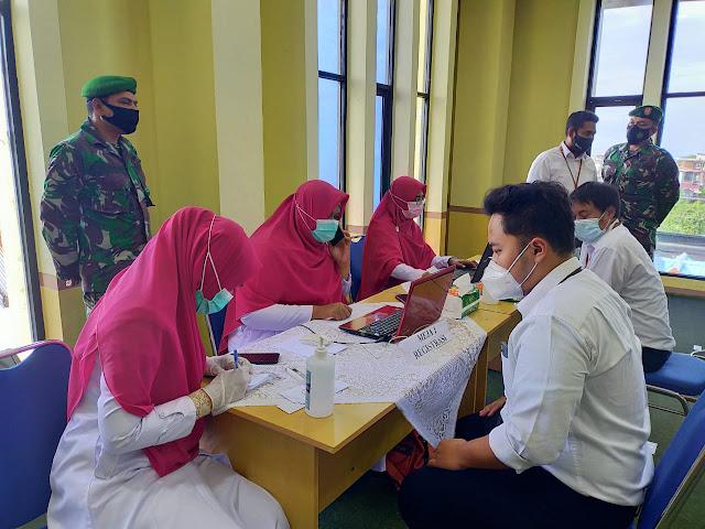 Dukung Pemerintah, Anggota Kodim 0105/Abar Kawal Pelaksanaan Vaksinasi Di Kantor Pajak Pratama