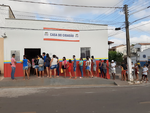 Jovens se inscrevem no curso de operador de computador oferecido pela Secretaria da Juventude de Igarapé Grande.