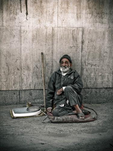 يمشي الفقير وكل شيء ضده، والناس تغلق دونه أبوابها