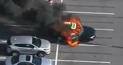 Τρομακτικές είναι οι εικόνες που βλέπουν το φως της δημοσιότητας από ένα αυτοκίνητο που πήρε φωτιά όταν ο οδηγός του έβαλε αντισηπτικό χεριώ...