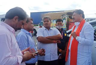 कृषि मंत्री पटेल ने पत्रकारों से दुधी तिराहे पर की चर्चा
