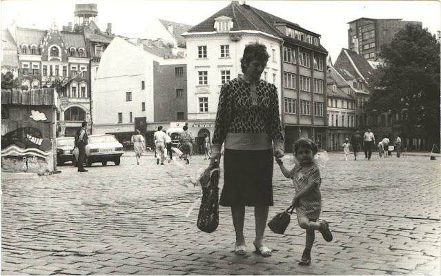 """Начало 1990-х годов. Рига. На Домской площади. Слева видны """"январские баррикады"""""""