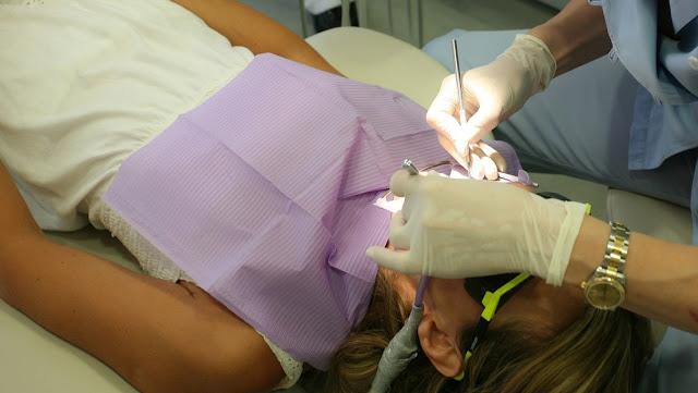 Acusan a un dentista de quemarle la boca a una niña de 5 años en EE.UU.