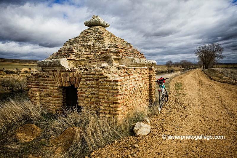 Caseta de riego medio arruinada junto al Canal de Castilla. Ramal de Campos. Palencia. Castilla y León. España © Javier Prieto Gallego