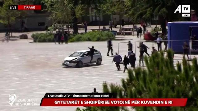 Οδηγός έσπειρε τον τρόμο σε πλατεία στην Αλβανία - Με σάλτο τον ακινητοποίησε πεζός (βίντεο)