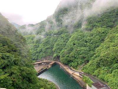 五十里ダムの天端から下を見る