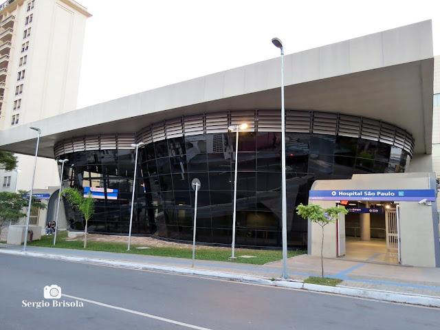 Vista ampla da entrada da Estação Metrô Hospital São Paulo - Vila Clementino - São Paulo