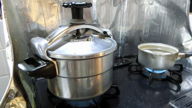 圧力鍋で大根をだし汁で10分加圧して煮込み、やわらかくする
