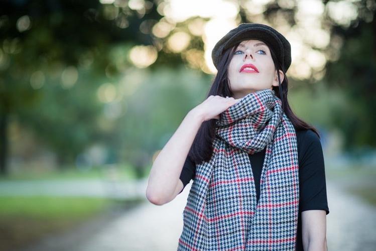 kaszkiet i szalik w kratę blogerka