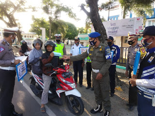 Ops Yustisi, Kasat Lantas Jeneponto Pimpin Aksi Berbagi Masker di Jalan Pahlawan