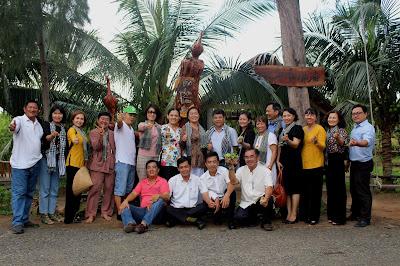 Đoàn tham quan chụp ảnh lưu niệm tại Nông trại Hải Vân - Sân Chim Vàm Hồ (ảnh: Nông trại Hải Vân - Sân Chim Vàm Hồ)