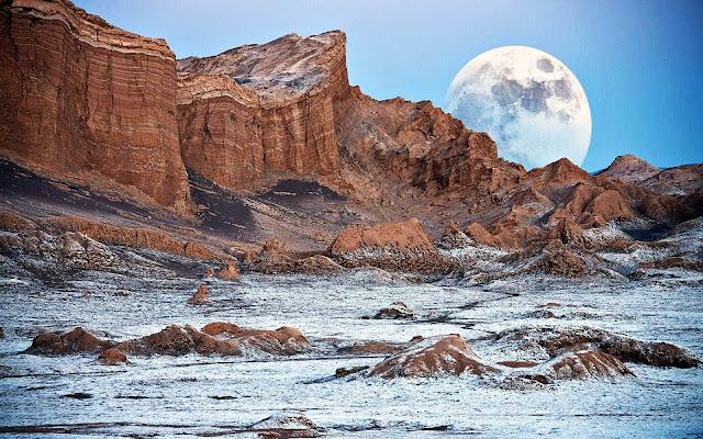 """Hoang mạc Atacama được xem như là """"Sao Hỏa trên Trái Đất"""". Vì Atacama là khu vực có bầu trời trong nhất trên Trái Đất nên đài quan sát thiên văn lớn nhất thế giới là Very Large Telescope được đặt tại đây. Ngoài ra, người ta còn sử dụng đất đai tại hoang mạc Atacama cho việc thử nghiệm những robot sau này được dùng đến trên sao Hỏa."""