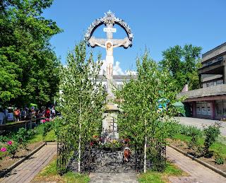 Перечин. Площа Народна. Хрест з розп'яттям