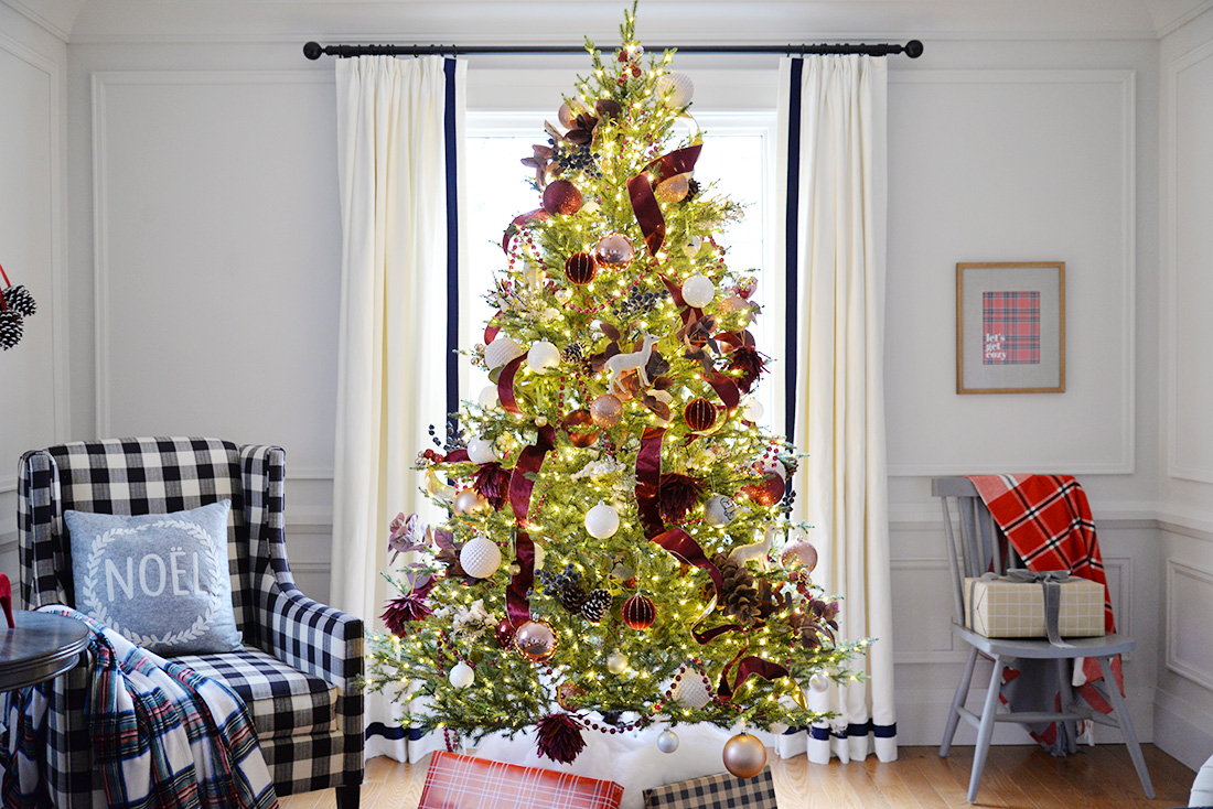Red and white christmas tree. Christmas decor ideas. Living room decorated for Christmas